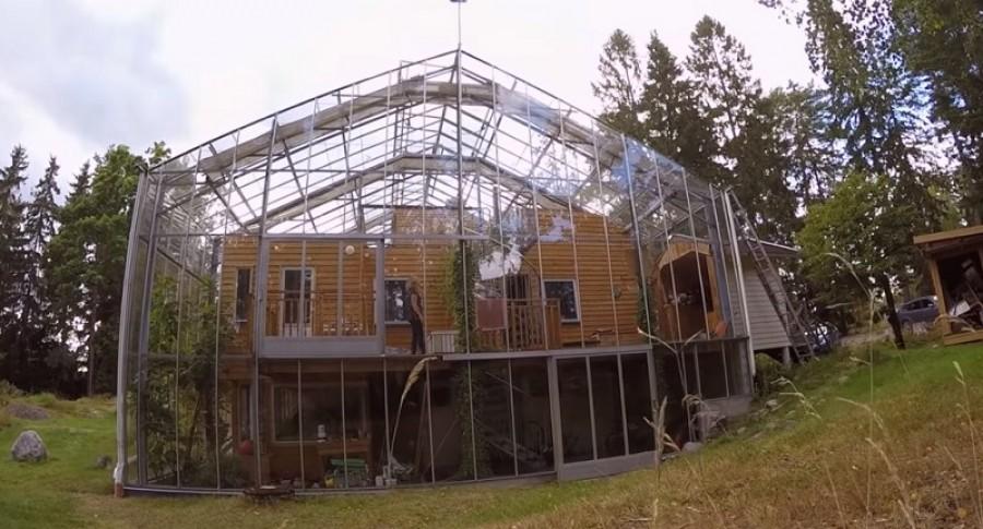 A házaspár üvegházzal építette körbe a házát